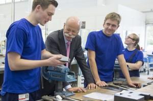 Dieter Zetsche besucht Auszubildende des Mercedes-Benz Werks Unt